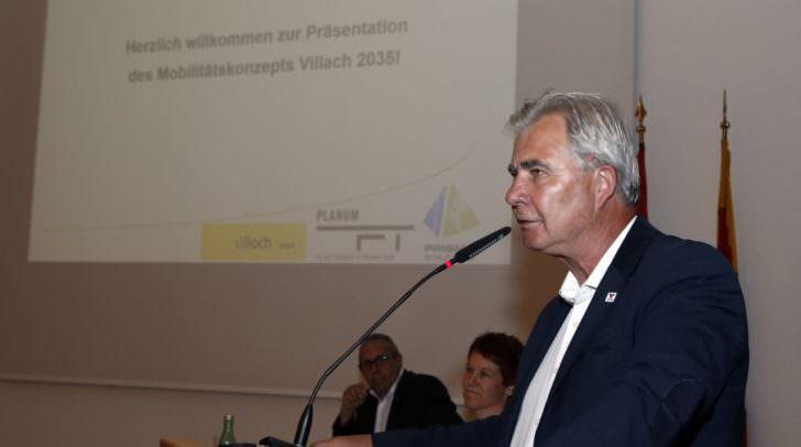Präsentation des Mobilitätskonzeptes Villach 2035: Dr. Kurt Fallast und Stadtrat Harald Sobe sowie interessierte Bürgerinnen und Bürger.