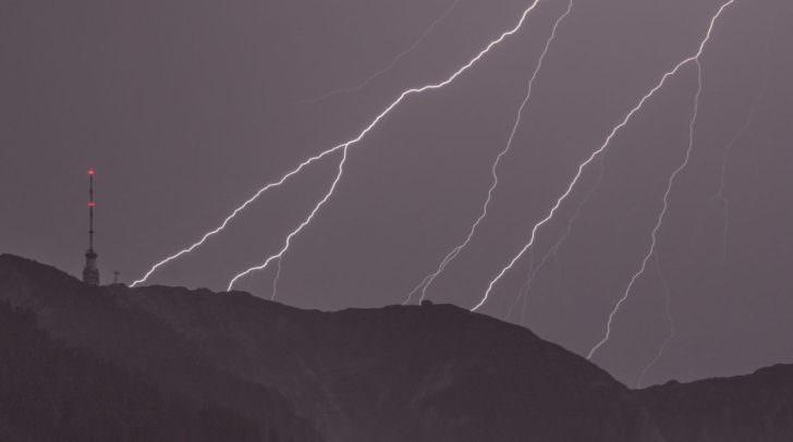 Wir haben euch nach einem Foto mit mehr als 2 Blitzeinschlägen gefragt und wurden nicht enttäuscht. Unser Leser Manuel schickte uns diese tolle Aufnahme vom Dobratsch.