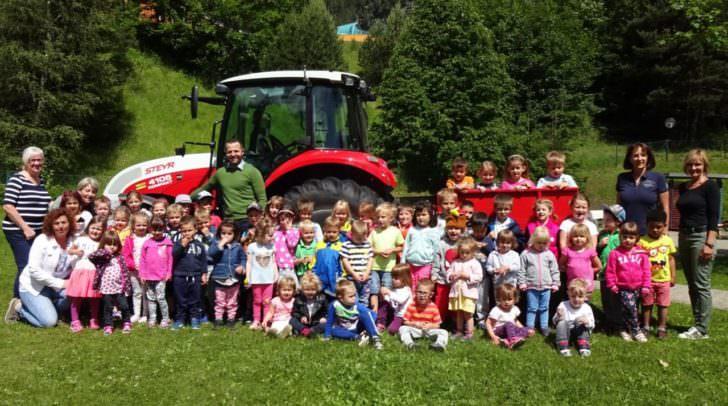 Für die Kleinen ein großes Erlebnis: Bleibergs Bgm. Hecher fuhr im Kindergarten mit einem Traktor vor.