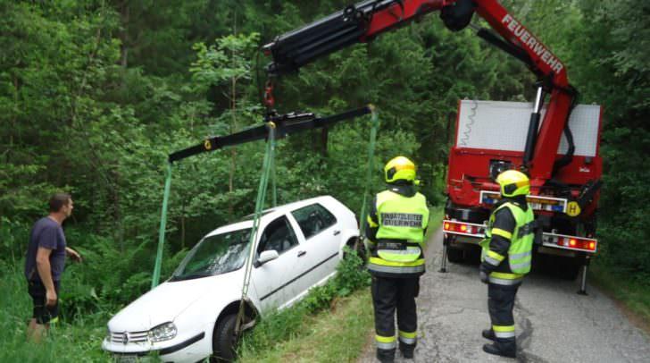 Mit schwerem Rüstfahrzeug konnte der PKW geborgen werden.