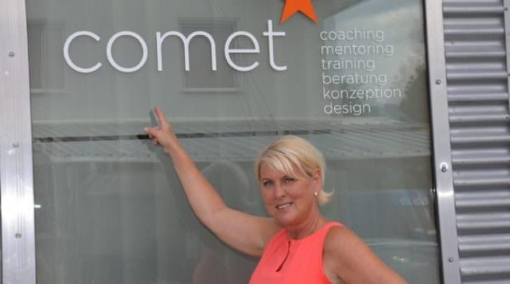 Die frischgebackene Unternehmerin Petra Nageler vor ihrer Firma