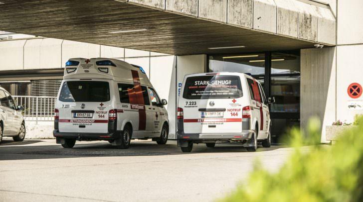 Der an der Hand verletzte Mann musste von der Rettung in das Klinikum Klagenfurt gebracht werden.