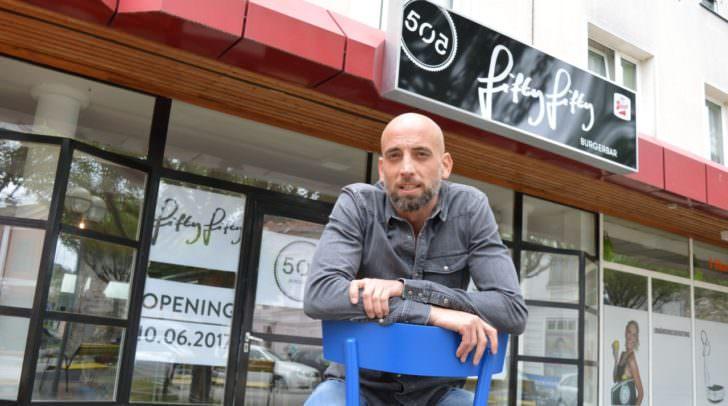 """Hans-Jörg Blaterer vor seinem neuen """"Baby"""" – der Fifty-Fifty Burger Bar in der Italienerstraße. Am Samstag, 10. Juni gehts ab 11.30 Uhr los!"""