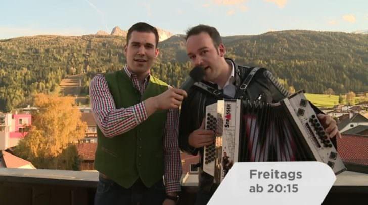 Die beiden Volksmusiker reisen mit ihrer Harmonika von Klagenfurt nach Berlin und suchen neue Talente auf den Straßen ihrer Zwischenstopps.