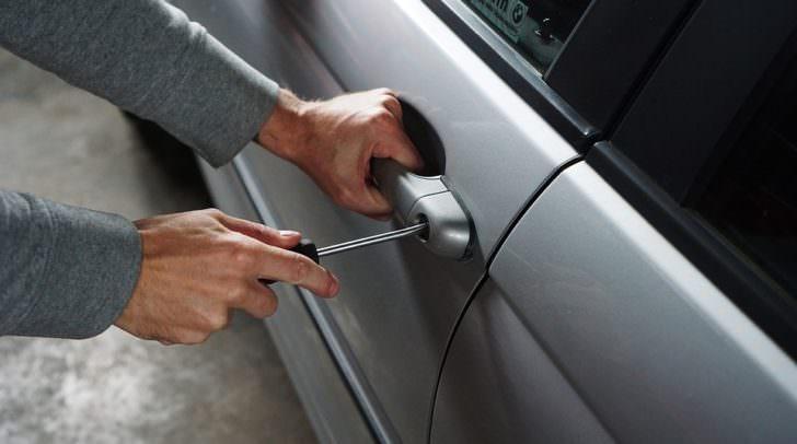 Der unbekannte Täter brach die Beifahrertür des PKW auf um das Handy aus dem Wagen zu stehlen.