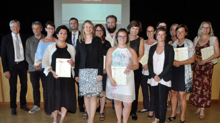 LH Peter Kaiser (ganz links) und Nadine Hell (erste Reihe, rechts) mit Teilnehmern des Integrationsleitbildes des Landes Kärnten