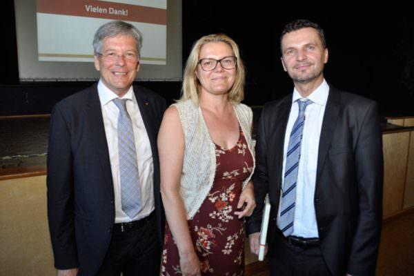 LH Peter Kaiser mit Kathrin Stainer-Hämmerle und Esad Memic bei der Präsentation des Integrationsleitbildes des Landes Kärnten