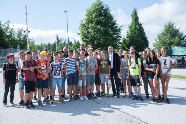 LH Peter Kaiser mit Schülerinnen und Schülern die im heurigen Schuljahr in ganz Kärnten ihren Dienst als Schülerlotsen geleistet haben