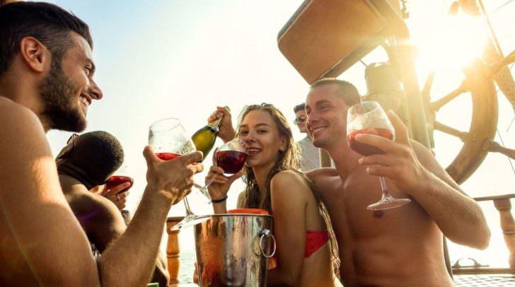 Morgen steigt die FH-Studenten-Party im V-Club! Ihr solltet euch den kostenlosen Liter V-Spritzer oder den V-Rosecco keinesfalls entgehen lassen!