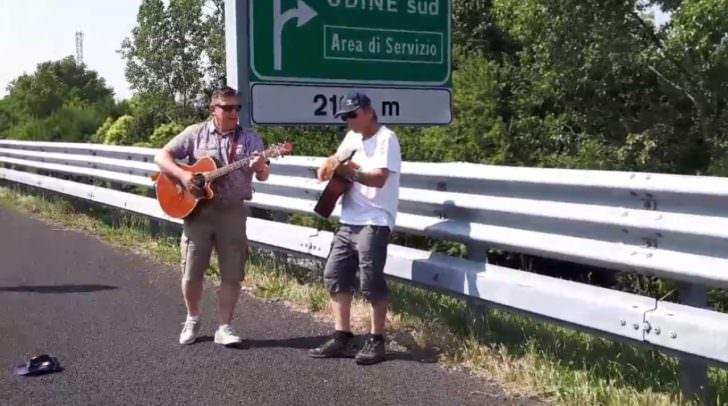 Bereits knappe 700.000 Mal wurde das Video der zwei Musiker auf Facebook angeklickt.