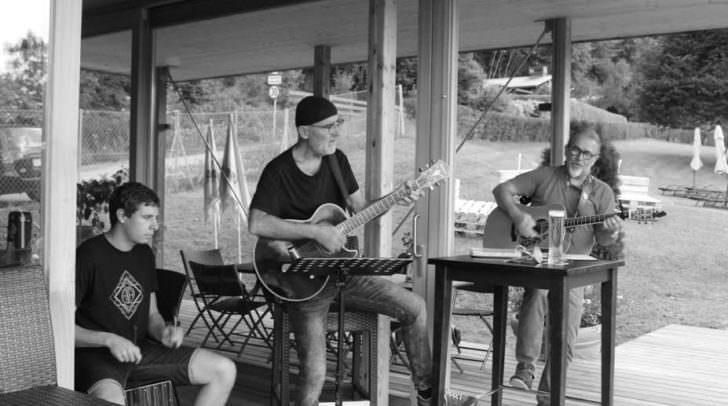 Bei der Friday Music Session können alle MusikerInnen zwanglos auf der Bühne jammen.