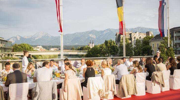 Die Lange Tafel auf der Draubrücke ist das kulinarische Highlight des Gensussfestivals KückenKult im Sommer.