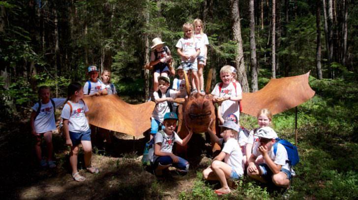 Erlebnisreiche Abwechslung zum Schulalltag: Die Kinder der 2A-Klasse der Volksschule Maria Gail mit Woroun dem Drachen.