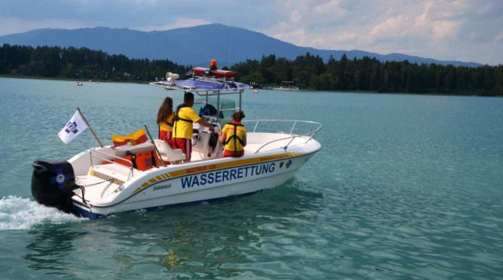 Mit Booten und Tauchern wird der See abgesucht, während die Hubschrauber von oben nach dem Buben suchen.