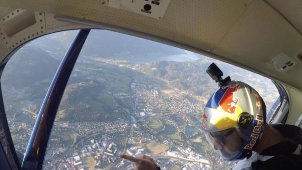 Red Bull Skydiver bei der Schlusszeremonie