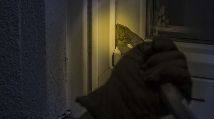 Durch das gewaltsame Öffnen eines Fensters verschafften sich die Täter Zugang zum Firmengebäude.