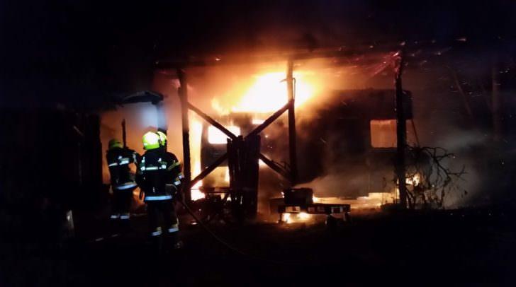 Aus dem brennenden Wohnmobil konnten zwei Gasflaschen sichergestellt werden.