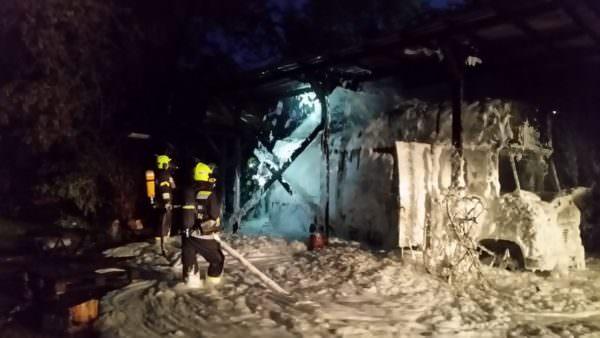 Mittels dem Löschschaum konnte nach kurzer Zeit der Brand eingedämmt werden.