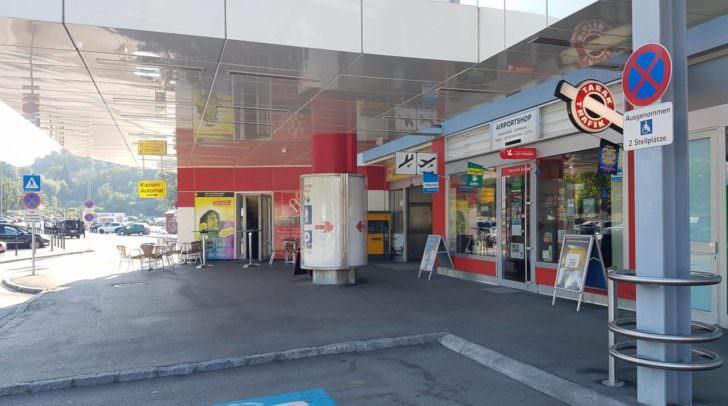 Nur einen Duty-Free-Shop, ein paar Leihauto-Unternehmen, eine Trafik und ein kleines Bistro gibt es am Klagenfurter Flughafen noch.