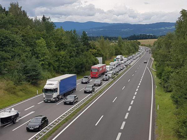 Bis zu einer Stunde Wartezeit muss man vor dem Karawankentunnel Richtung Slowenien einplanen. In Fahrtrichtung Villach sogar bis zu zwei Stunden.
