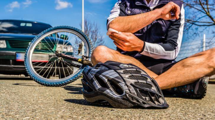 Beim nach vorne Fahren hakte der Radfahrer beim Lenker seines Freundes ein und beide kamen zu Sturz.
