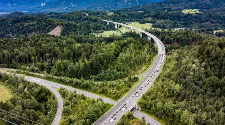 Ausweichen kann man über die A2 und Arnoldstein. PKW können auch über den Loiblpass oder Wurzenpass fahren.