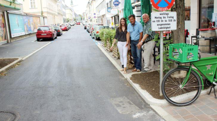 Straßenbaureferent Vizebürgermeister Christian Scheider und Baustellenleiter Ing. Michael Pirker besichtigen die erneuerte Lidmanskygasse