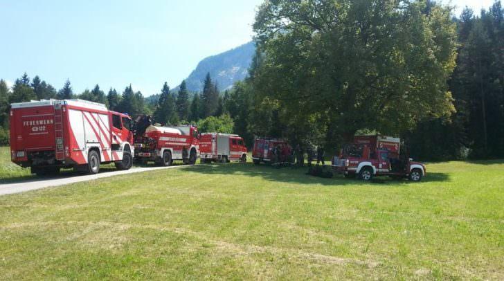 Die Feuerwehr Ferlach ist samt Polizeihubschrauber im Einsatz, um den Waldbrand zu bekämpfen.