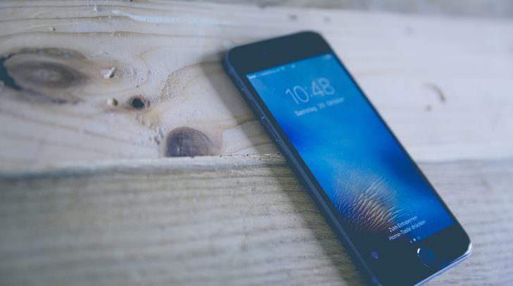 Einer der Täter ging in den Lagerraum des Handyanbieters und stahl 23 neuwertige Mobiltelefone.