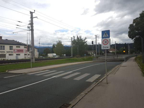 Ca. 40 m nach dem AMS wollte der Pensionist am dortigen Schutzweg die Fahrbahn überqueren.