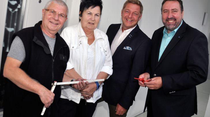 Von links Klaus Infeld, Mieterin Brunhilde Bernsteiner, Bürgermeister Günther Albel und Wohnungsreferent Stadtrat Erwin Baumann.
