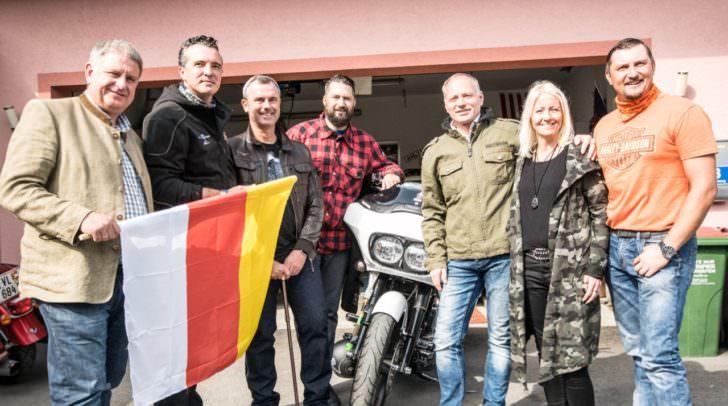 Ein ziemliches Aufgebot von Polizei und Personenschutz, Freiheitlichen Funktionären und Freunden beim Empfang von Norbert Hofer in Ledenitzen
