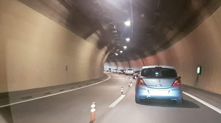 Langer Stau im Tunnel