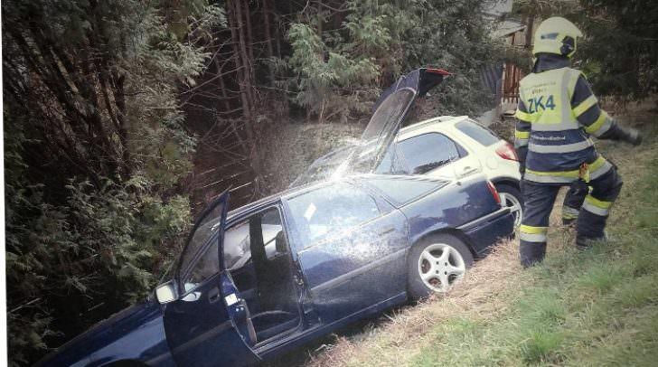 Ein Bild aus dem Jahre 2011 als zwei PKW einen Verkehrsunfall verursachten und im Garten eines Anrainers landeten