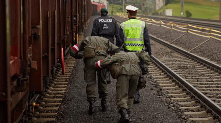 Die eingesetzten Polizistinnen und Polizisten der Einsatz-, Grenz- und Fremdenpolizeilichen Abteilung werden dabei von Soldatinnen und Soldaten des Österreichischen Bundesheeres sowie von Security-Mitarbeitern der ÖBB unterstützt.
