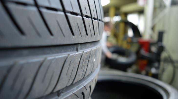 Mindestens ein Reifen an jedem der neun Fahrzeuge wurde mit einem spitzen Gegenstand beschädigt,