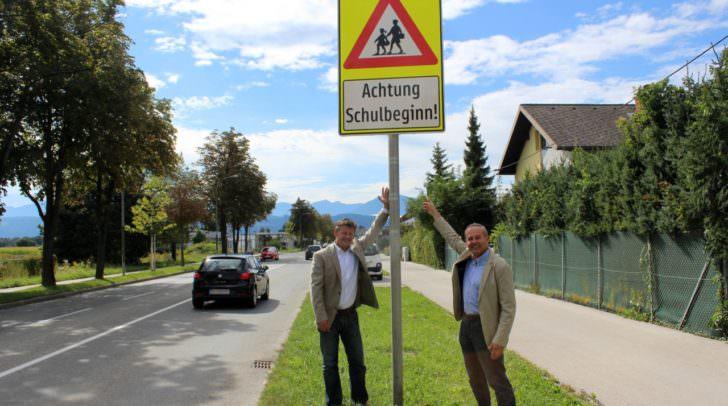 Straßenbaureferent Vizebürgermeister Christian Scheider und Werner Weidlitsch vom Straßenbauamt bei einer der insgesamt 13 Hinweistafeln