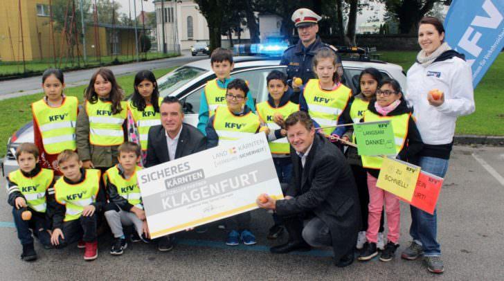 Vzbgm. Christian Scheider, LR Gernot Darmann, Vertreter der Polizei und die Schülerinnen und Schüler der VS St. Ruprecht sorgen gemeinsam für mehr Verkehrssicherheit.