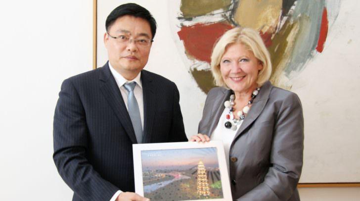 Bürgermeisterin Dr. Maria-Luise Mathiaschitz konnte den Nanninger Vizebürgermeister Cui Zuojun recht herzlich im Rathaus begrüßen.