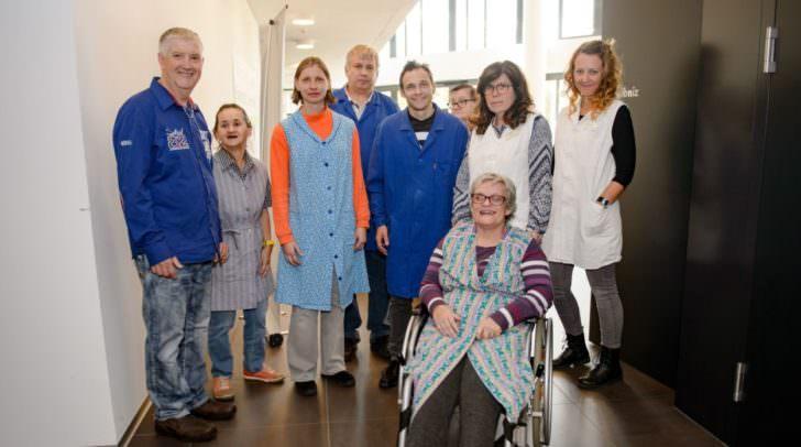 Bei der Modenschau präsentierten KlientInnen und MitarbeiterInnen die verschiedenen Jahrzehnte der Lebenshilfe Kärnten. In den Anfängen trugen KlientInnen Arbeitsschürzen und die MitarbeiterInnen waren weiß gekleidet.
