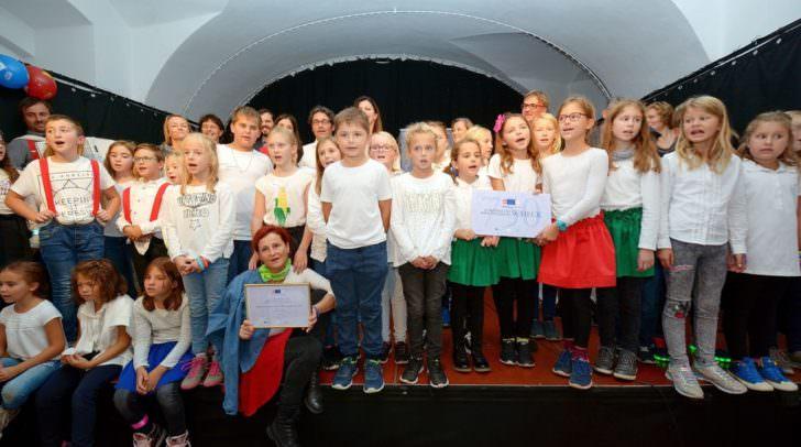VS-Dir. Christian Zeichen ist stolz, dass das Lindner Schulprojekt mit dem Europäischen Sprachensiegel ausgezeichnet wurde.