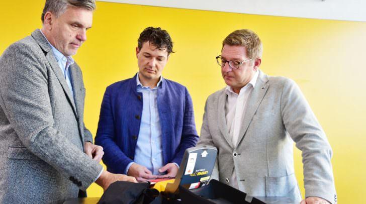 Bürgermeister Günther Albel mit Marktreferenten Stadtrat Mag. Peter Weidinger und Marktamtsleiter Otmar Felsberger bei der Installierung des neuen Defibrillators in der Markthalle.