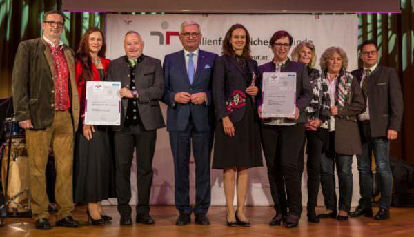 Bundesministerin Dr. Sophie Karmasin und Präsident Mag. Alfred Riedl haben die Gemeinde Nötsch ausgezeichnet.