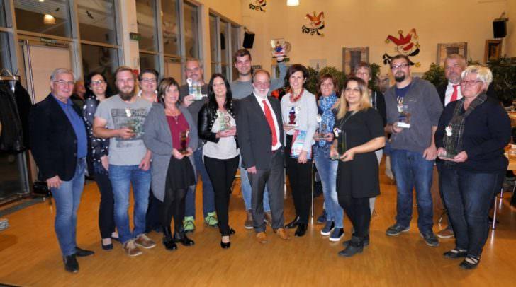 """Alle ausgezeichneten Kategorie-Sieger (1.-3. Preis) mit Kanzler Kuno Kunz (Mitte), Stadtrat Harald Sobe (links), Finanzministerin Manuela Ofner (2. v.l.) und """"Gildenkanzlei-Fee"""" Sonja Glanznig (4. v.l.) sowie mit dem Organisations-Verantwortlichen für den Faschingssamstag, Karl Glanznig (2. v.r.)."""