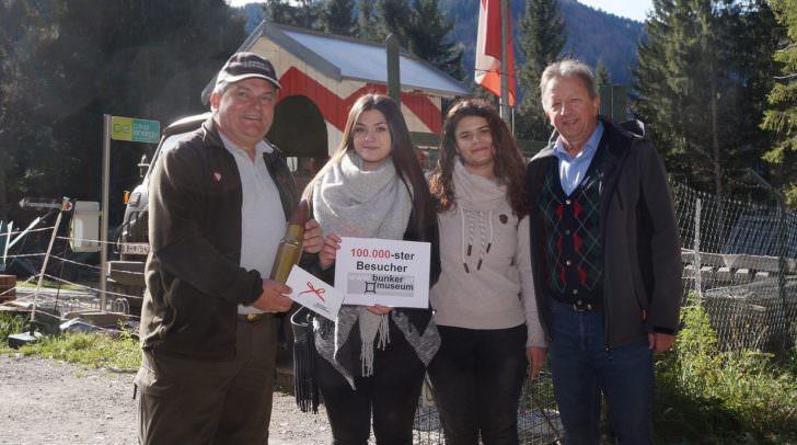 Museumsbetreiber Andreas Scherer und Arnoldsteins Bürgermeister Erich Kessler mit der 100.000sten Besucherin Edona Kabashi (links; rechts Cousine Sonja)
