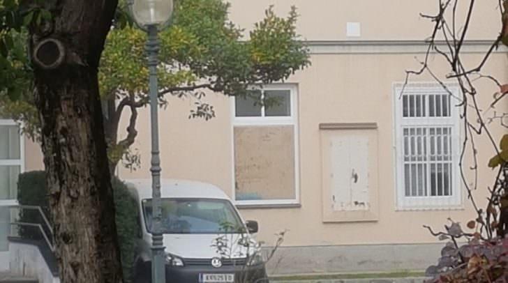 Eine Zeugin bemerkte das aufgebrochene Fenster des Gesundheitsamtes.