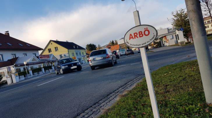 Mit den weißen Kreuzen hoffen die Mitarbeiter der ARBÖ auf das Verhalten der VerkehrsteilnehmerInnen positiv einwirken zu können.