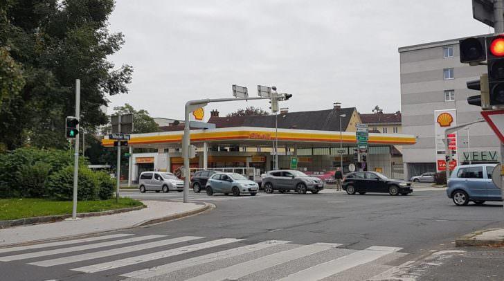 Die Tankstelle in Klagenfurt hat 24 Stunden geöffnet und ist stark frequentiert.