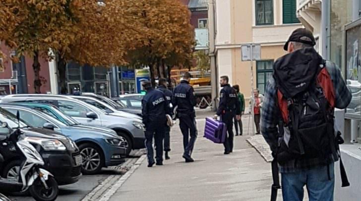 Verdächtiger Koffer wird von der Polizei abtransportiert