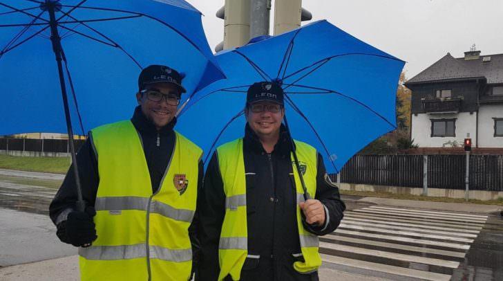 Die LEON-Sicherheitskräfte stehen bei jedem Wetter an der Brücke und passen auf, dass kein LKW die Brücke überquert.